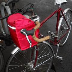 An overstuffed porteur-randonneur bag