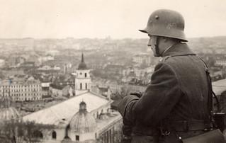 Un soldado lituano observa la ciudad recién reconquistada (Vilna, 1939)