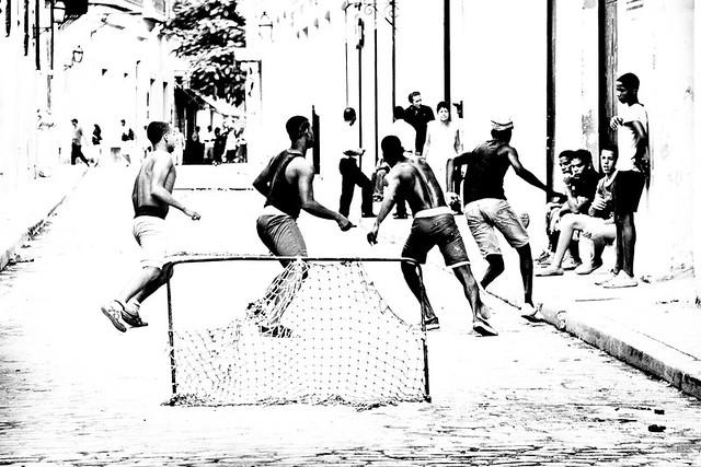 Street football in Havana, par Franck Vervial