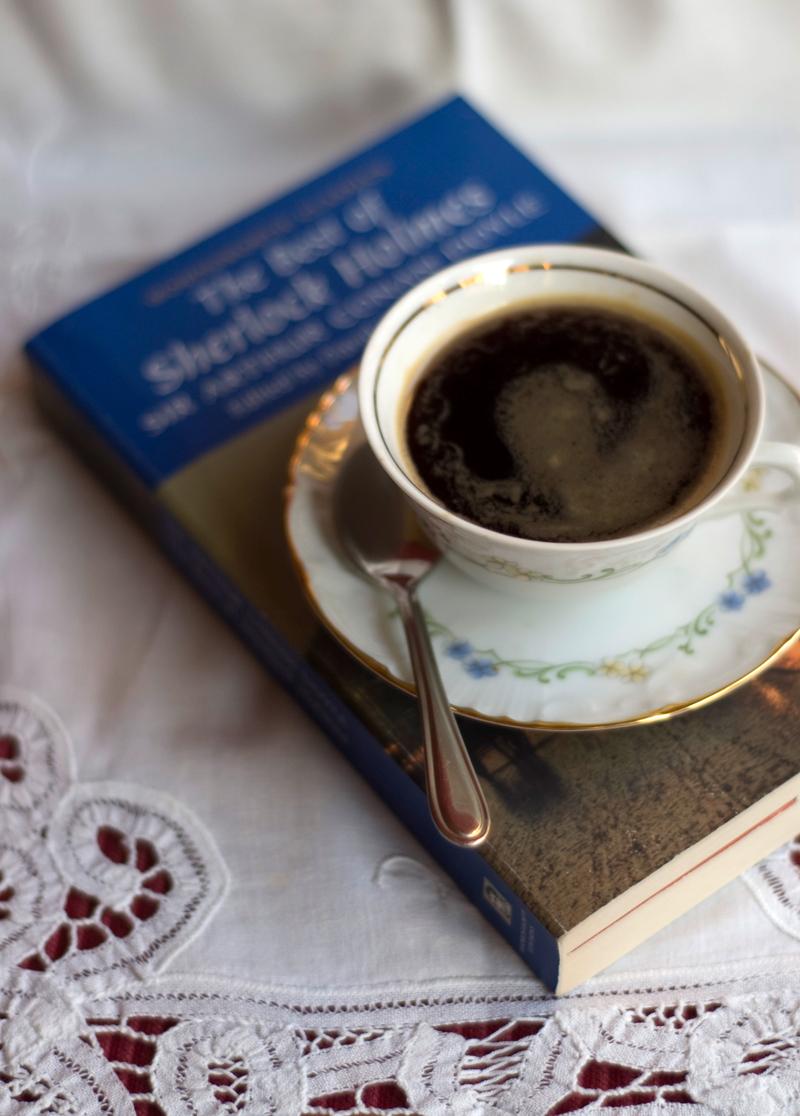 uma chávena de café e um livro