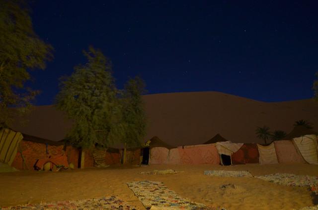 La noche en el campamento de jaimas del desierto