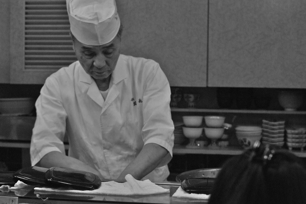 握る  making sushi