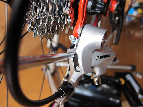 Adjusting rear derailuer