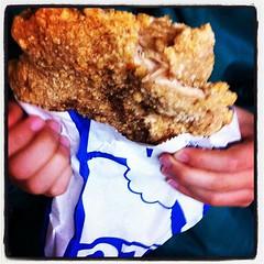 台湾美食:士林夜市で豪大大鶏排。子供の顔よりデカイ!!
