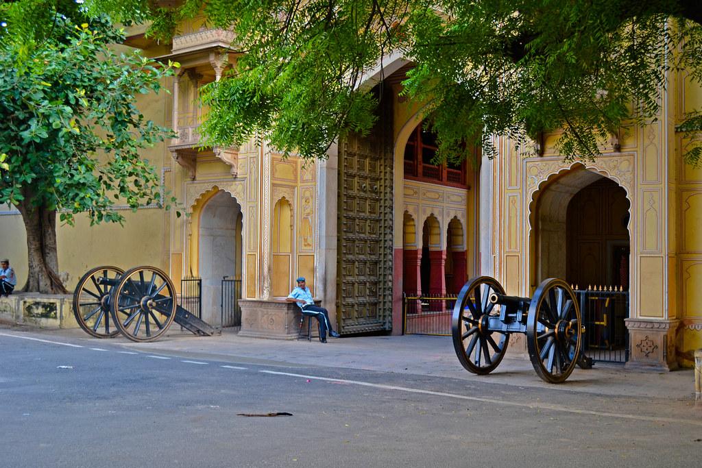 А это вход во дворец раджастанского раджи, большая часть которого выполняет функцию музея.