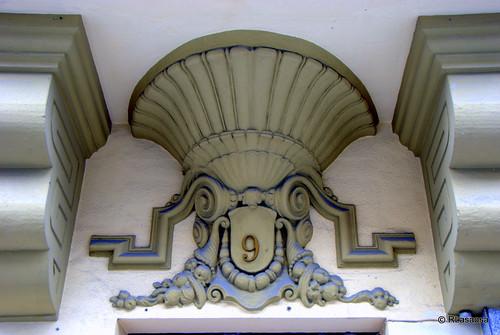 Detalle decorativo del portal de una casa en la avenida de Carlos III,