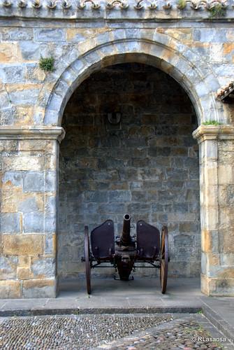 Una pieza de artillería fuera de uso en uno de los arcos de entrada a la Ciudadela de Pamplona.