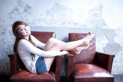 [フリー画像素材] 人物, 女性 - アジア, 台湾人, Tシャツ, 女性 - 座る, 椅子・ベンチ・ソファ ID:201201111400