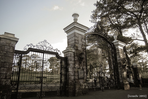 The Mansion's Gates by israelv