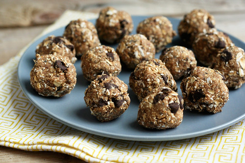 No-Bake Oatmeal Chia Chocolate Chip Cookie Balls (Vegan and Gluten-free)