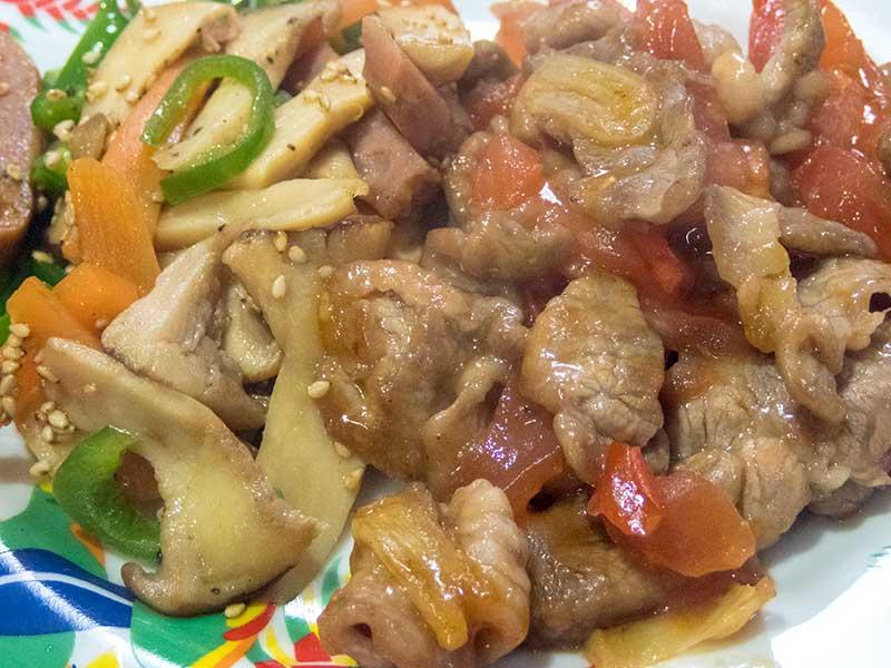 豚肉とトマトの炒めものとスパムとエリンギの炒めもの