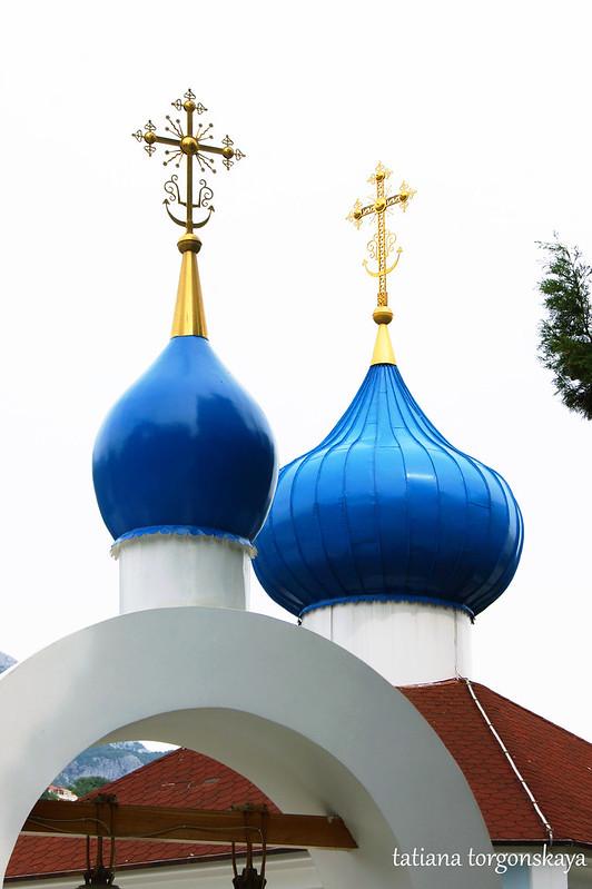 Купола звонницы и храма