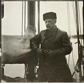 Fridtjof Nansen med kikkerten om bord i dampbåten «Omul» på veien oppover Jenisej