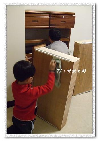 幫爸爸擦櫃子