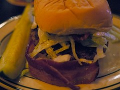 土, 2010-10-23 19:16 - Heartland Brewery HB Beef Burger w/Bacon