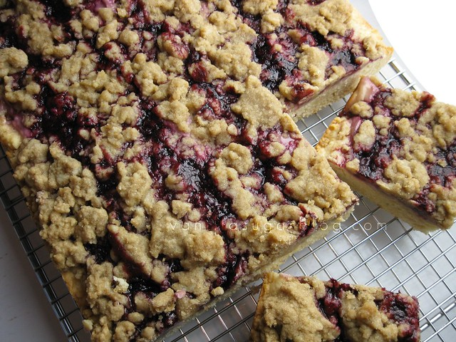 blackberry-cream cheese crumb cake