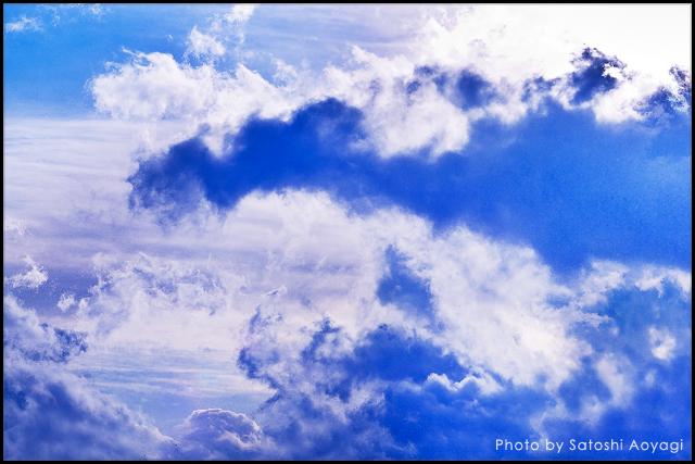 海の波のような空と雲の写真