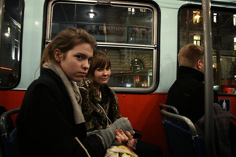 trötta tjejer åker hem