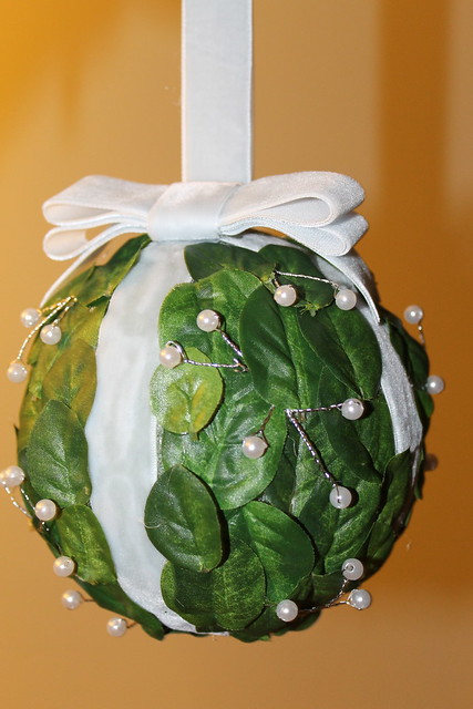 bookish and belle di fr yday how to make a mistletoe pomander. Black Bedroom Furniture Sets. Home Design Ideas