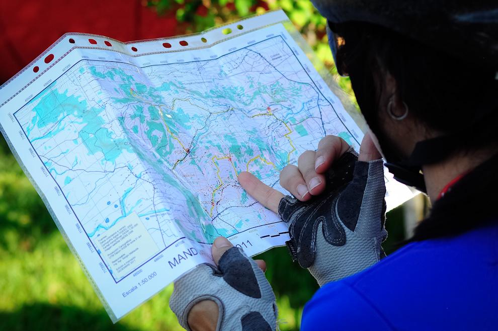 Lista y equipada para competir, esta chica consulta su mapa a tempranas horas de la mañana a medida que la gente llegaba al evento. (Elton Núñez)