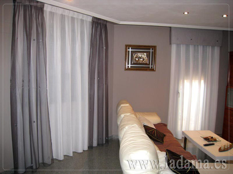 Decoraci n para salones cl sicos cortinas con dobles for Cortinas y estores modernos