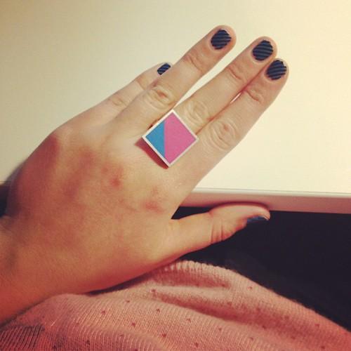 Schaamteloos girly zijn: roze trui, ring met snoepjeskleuren en nail art!