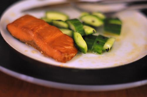 Varmrøget laks og agurk med sesamolie