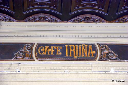 """Letrero del """"Café Iruña"""" en los porches de la Plaza del Castillo."""