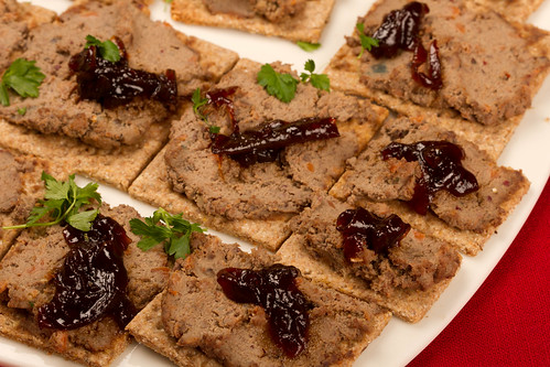 Rukkilaastud kanamaksapasteedi ja sibulamoosiga / Rye crisps with chicken liver paté and red onion marmalade