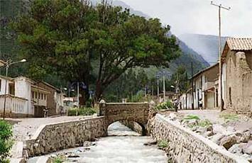 vista-de-una-calle-yucay-urubamba-cusco