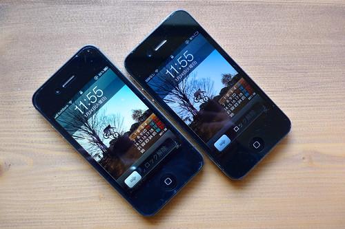 iPhone4s(左)とiPhone4(右)