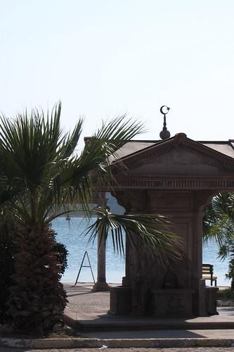 Burhaniye day 2 (Ayvalik): palm tree and fountain at the sea