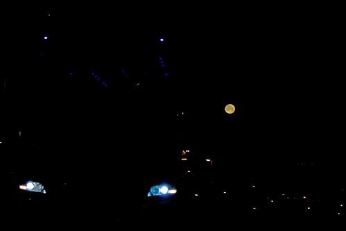Autobús y luna