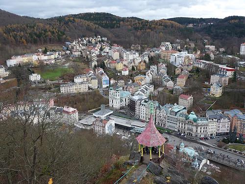 Karlovy Vary: Ze strmých skal dívám se na město Karlovo