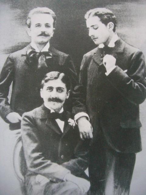 Marcel Proust, Robert de Flers (à gauche) et Lucien Daudet (à droite) vers 1893
