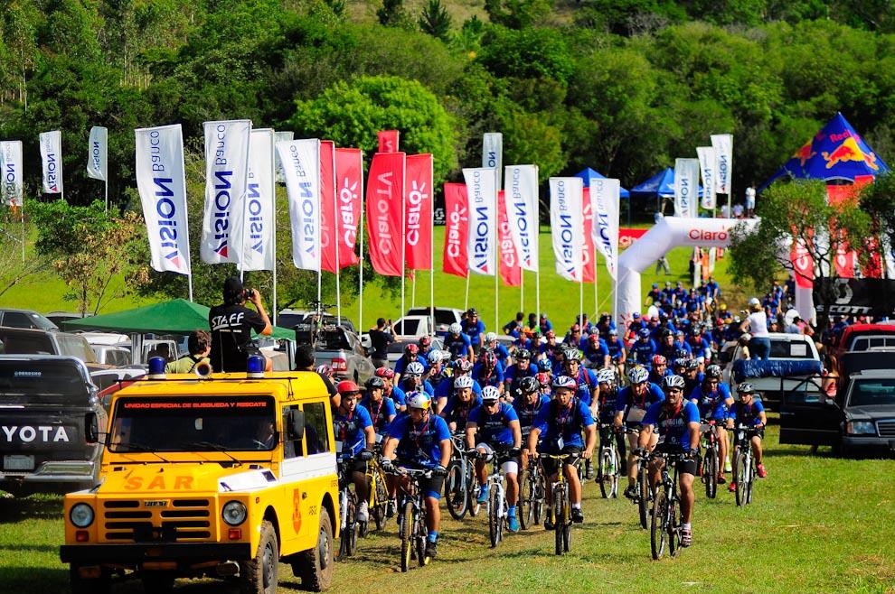Ciclistas partiendo hacia la aventura que los mantendrá ocupados durante un promedio de 5 horas, la carrera comenzó a las 09:00 puntualmente y el primer equipo llegó aproximadamente a las 12:00hs. (Elton Núñez)