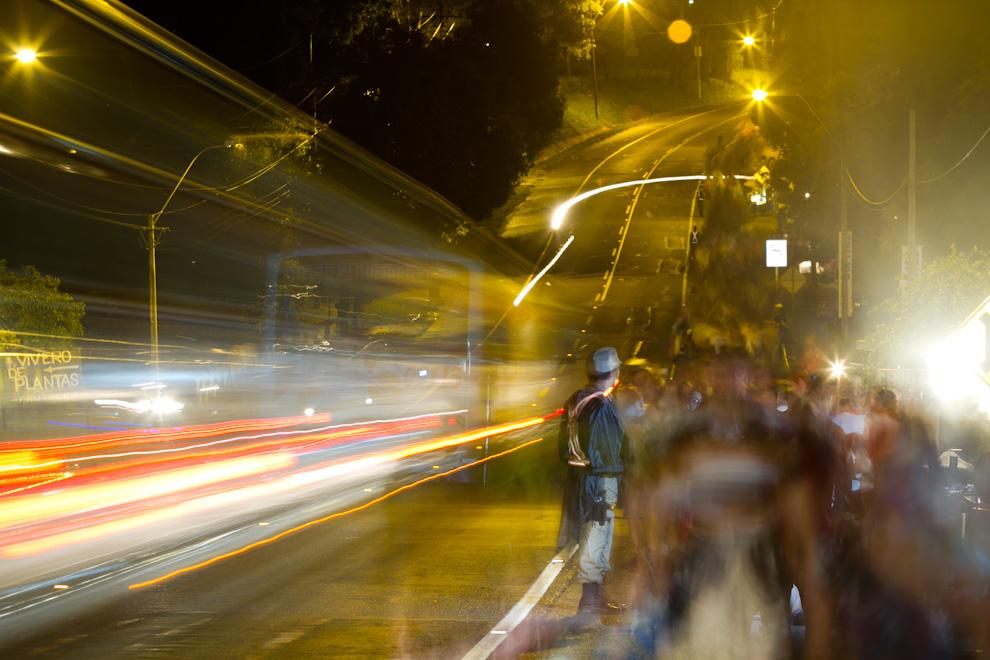Miles de personas descendían desde Kurusú Peregrino en las primeras horas de la noche del 7 de Diciembre, a pocos kilómetros de llegar a la Basílica. Cientos de policías velaban por la seguridad de los peregrinantes. (Tetsu Espósito)