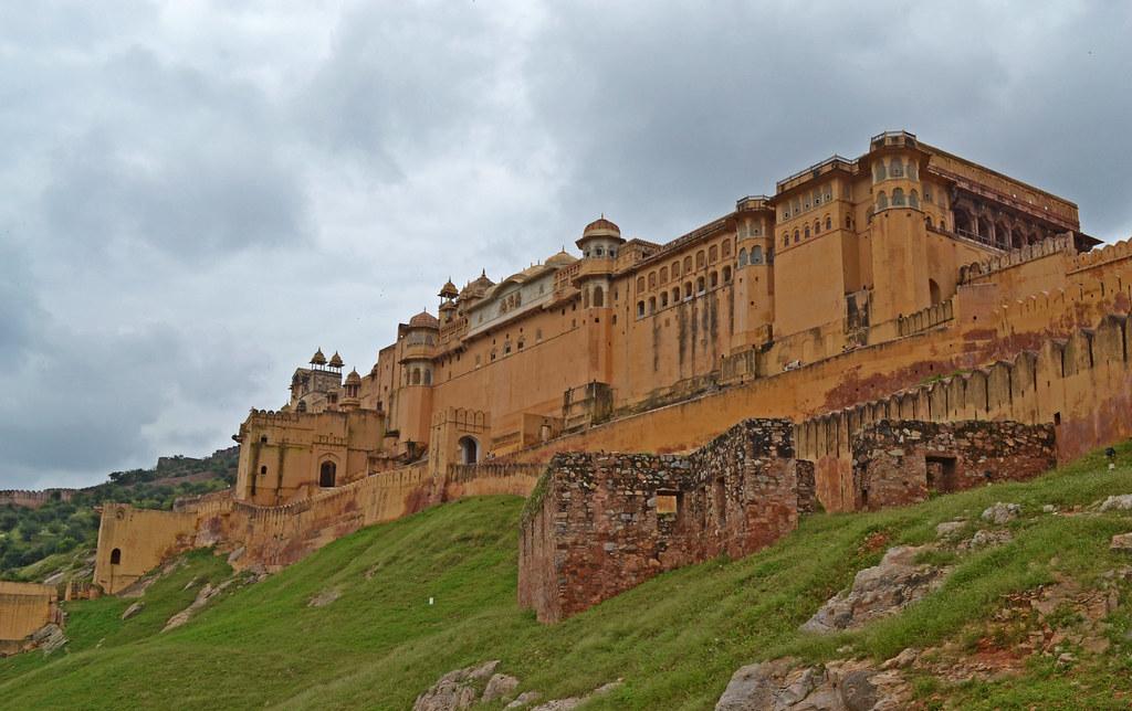 Амер форт - прежнее место обитания Раджи вблизи города Амер. Отсюда и отходит стена. Подняться туда можно пешком на джипах, пешком, а также на слонах.