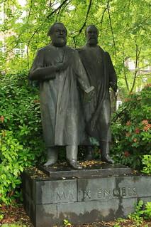 erstes deutsches Marx-Engels-Denkmal 1957 Platz Odf -von  Walter Howard