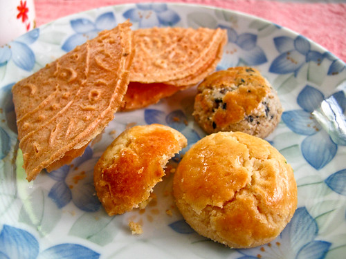 IMG_1992 下午茶 :年饼 - Tea break : Chinese New Year Cookies - Love letters , sesame cookies and walnut cookies, 核桃酥,芝麻饼和Kuih Kapit