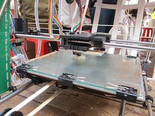 攪碎的塑料正在製作出新的成品。攝影:詹嘉紋