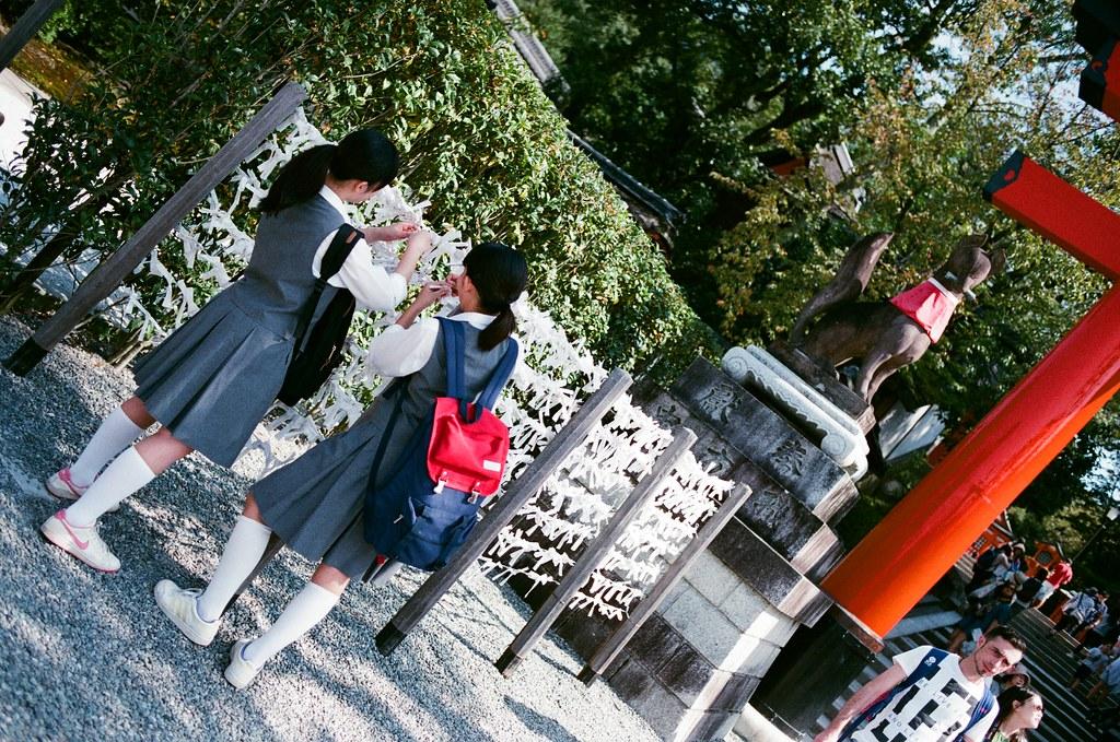 伏見稻荷 京都 Kyoto, Japan / AGFA VISTAPlus / Nikon FM2 2015/09/29 兩個學生在綁籤。  我想起那幾天在京都的時候,除了到處都是觀光客外,就是也看到好多日本學生,我想應該是戶外教學吧!  我又想起在長崎的時候,也看到好多學生。  Nikon FM2 Nikon AI AF Nikkor 35mm F/2D AGFA VISTAPlus ISO400 0992-0004 Photo by Toomore