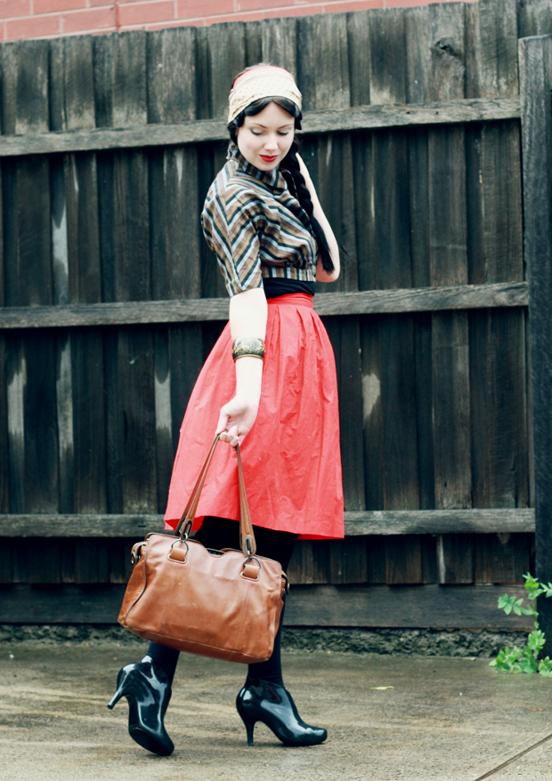 red skirt stripe jacket e