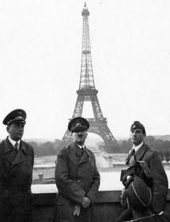 Hitler junto a la Torre Eiffel (París, 1940)
