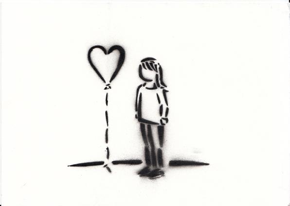 une jeune fille avec un cœur-ballon