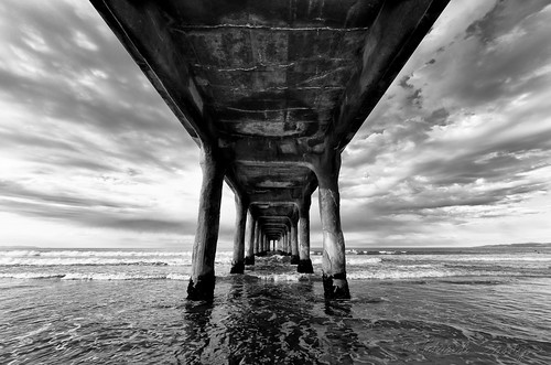Manhattan Beach pier, wide - B&W