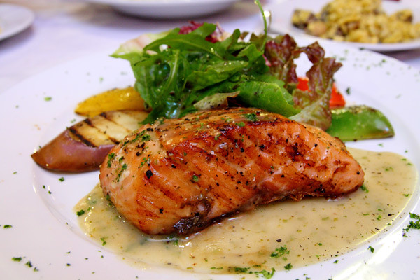 medium-rare-grilled-salmon-with-lemon-butter-sauce