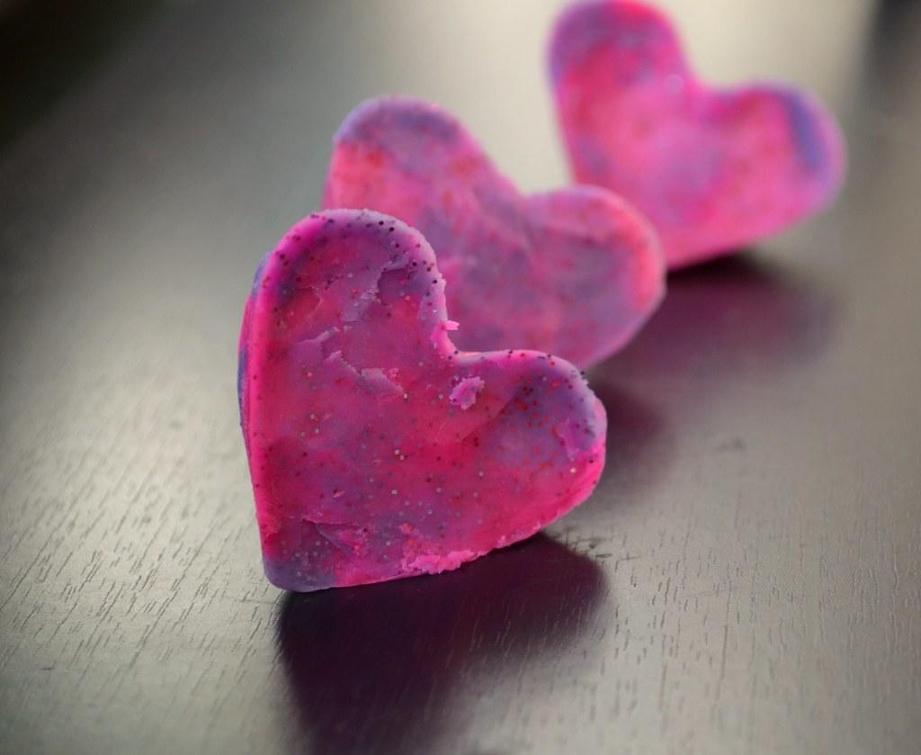 Knetseife in Herzform gegossen, die duften so gut <3, da möchte ich am liebsten reinbeißen.