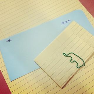 #편지 는 갑박스러운 선물이다. 못난 글씨도 멋진 켈리그라피로 보이는 건 편지쓴 사람, 답장하는 사람 마음이 예뻐서. #학생 에게서 받은 편지, 학생에게 보내는 편지는 또 더 뜻 깊다. 잘 접어서 봉투안에 넣는다. 마음은 잘 편 채로. #letters between my #student and #me #school