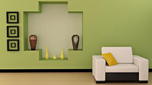 салатовая стена, вазы, кресло